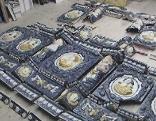 Teile eines historischen Kachelofens am Boden aufgelegt