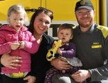 Die dreijährige Isabella mit ihrer Mutter, der zehn Monate alten Valentina und Pannenhelfer Josef Hollweger