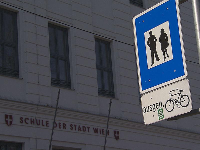 Schild Fußgängerzone vor Schule