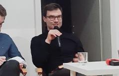 Marek Šindelka mit Mikrofon, links Dolmetscher Černoch