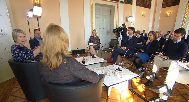 Diskussion Digitalisierung, Expertenrunde mit (Bildmitte) LH-Stv. Christine Haberlander (ÖVP)
