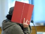 Die angeklagte Besitzerin einer Rottweilers vor Beginn der Gerichtsverhandlung