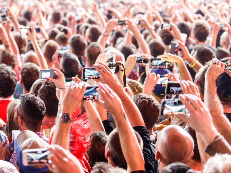 Konzertbesucher mit Handys
