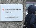 """Ein Schild des Bundesministeriums für Inneres mit der Aufschrift """"Ausreisezentrum """" am Eingang zum ehemaligen Erstaufnahmezentrum Traiskirchen."""
