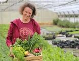 Anna Ambrosch mit einem Gemüsekisterl