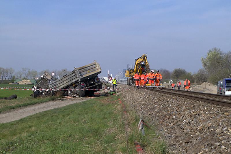 Aufräumarbeiten nach einem Zugunfall