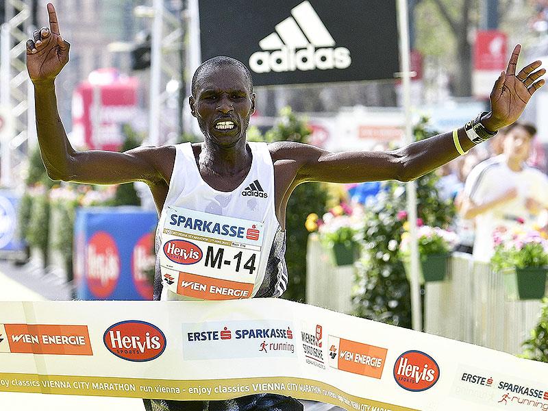 Sieger Vincent  Kipchumba auf der Ziellinie des Vienna City Marathons 2019