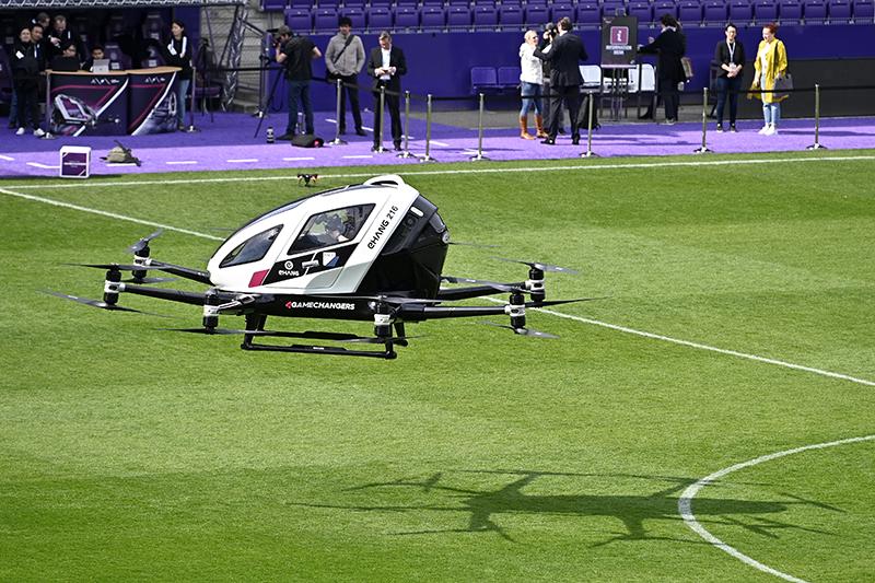 Autonome Flugtaxis fliegen über einem Stadion in Wien