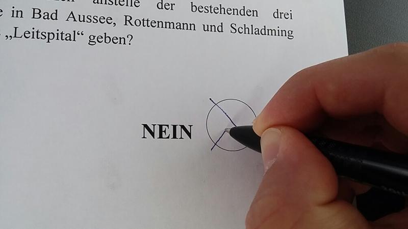 Auf einem Stimmzettel wird ein Kreuz gemacht