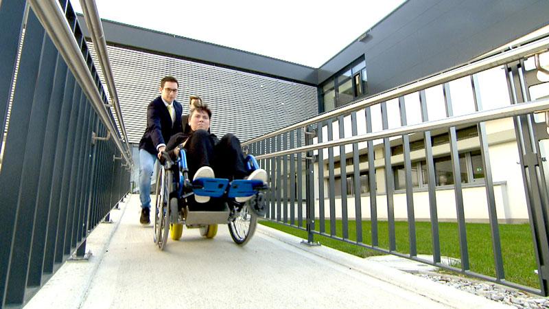 Rollstuhlfahrerin vor der HTL Pinkafeld