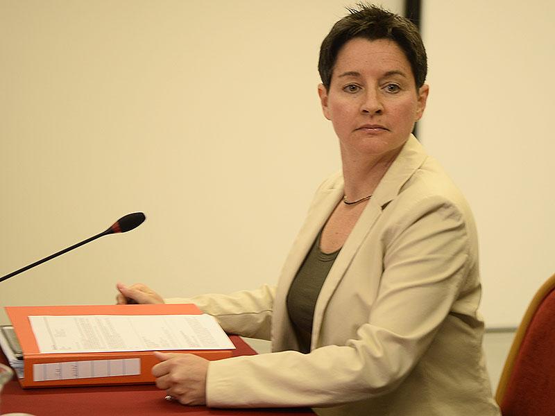 Sonja Wehsely mit Akten bei U-Kommission zum Krankenhaus Nord