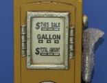 Eine gelbe Mini-Zapfsäule, die als CD-Box dient.