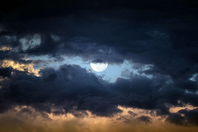 Vollmond hinter den Wolken