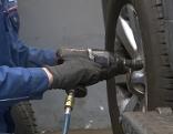 Mechaniker beim Reifenwechsel