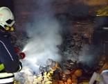 Die Feuerwehr löscht den Brand