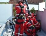 Höhenretter stellten eine Art Seilzug über den Schacht und zogen die Verletzte heraus