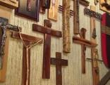 Eine Wand mit vielen verschiedenen Kreuzen.
