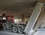 Lkw in Unterführung stecken geblieben