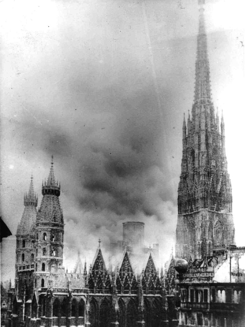 Historische Aufnahme des Brandes im Wiener Stephansdom am 12. April 1945.