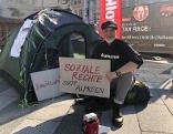 Volkshilfe-Direktor Fenninger protestiert in St. Pölten gegen Abschaffung der Mindestsicherung