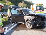 Unfall Autobahn: beschädigtes Auto und Rettungswagen