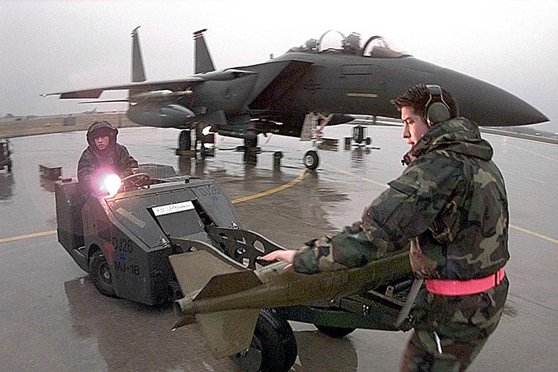 F 15 der US-Luftwaffe wird mit Bombe bestückt