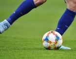 Fußball und zwei Beine