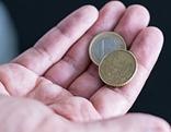 Mann hält 1,5 Euro