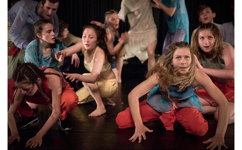 """Jugendliche bei der Performance """"Paradise Now"""""""