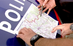 Polizisten mit Landkarte