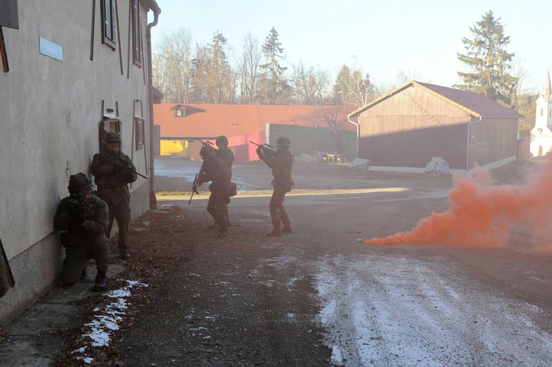 Soldaten üben in der urbanen Trainingsanlage Steinbach am Truppenübungsplatz Allentsteig