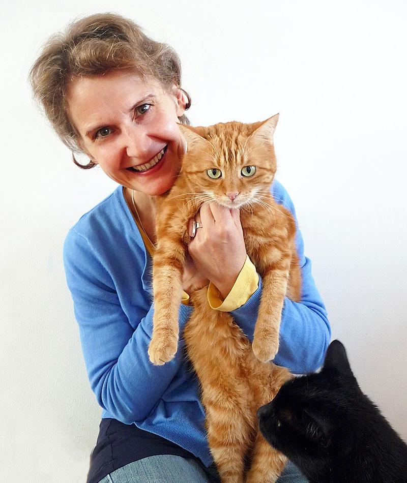 Elke Söllner mit Katzen