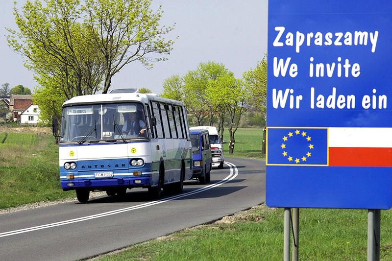 Polen 2004 Autobus und Fahne EU
