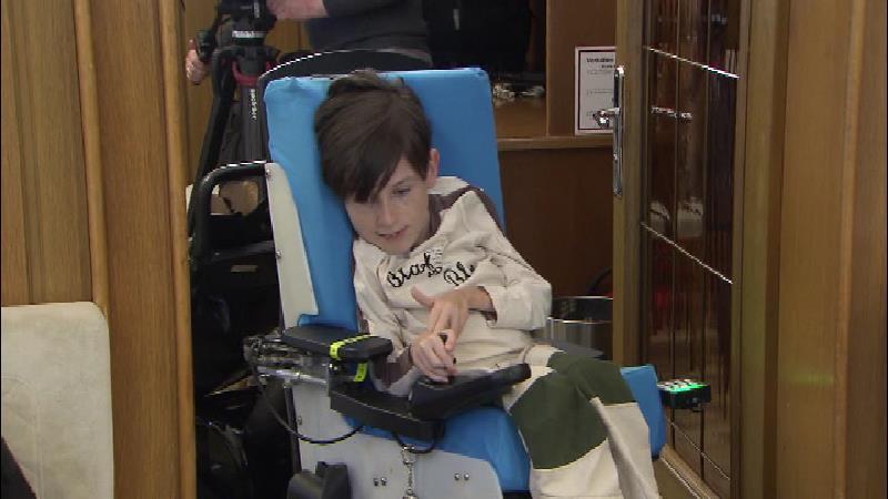 Georg Polic sitzt in seinem Rollstuhl.