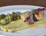 Das Gericht am Teller. Die Medaillons liegen auf den Spargelstangen, daneben die Erdäpfel. Die Sauce Hollandaise wurde darüber gegossen. Zwei Chilischoten liegen auf den Medaillons.