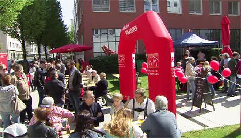 Feiern zum 1. Mai vor der Salzburger Arbeiterkammer