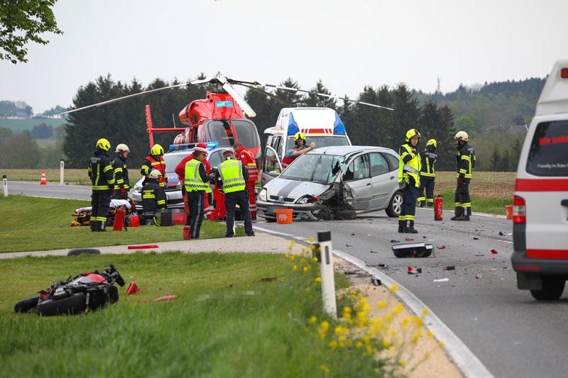 Einsatzkräfte und demolierte Fahrzeuge an der Unfallstelle