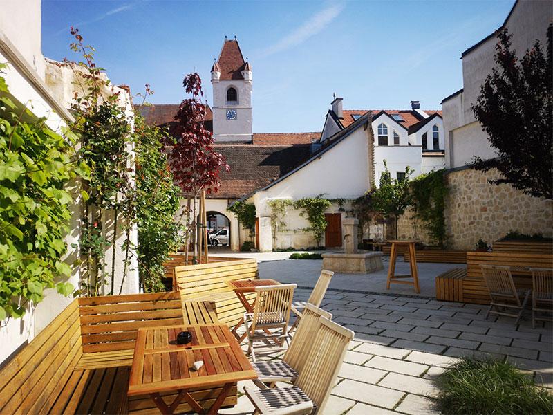 """Innenhof des Lokals """"Weinschwein"""" in Eisenstadt"""