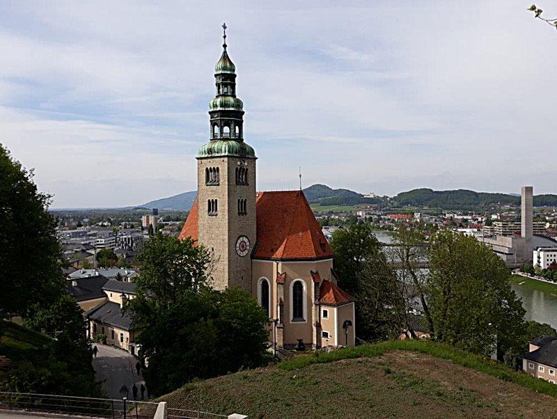 Blick auf Pfarrkirche Mülln vom Berg
