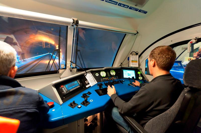 Fahrt im Lokomotivführerstand durch Tunnel