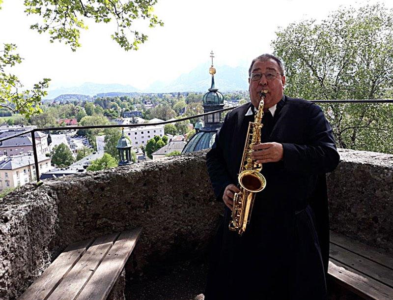 Pater Franz mit Saxophon auf Wallfahrt