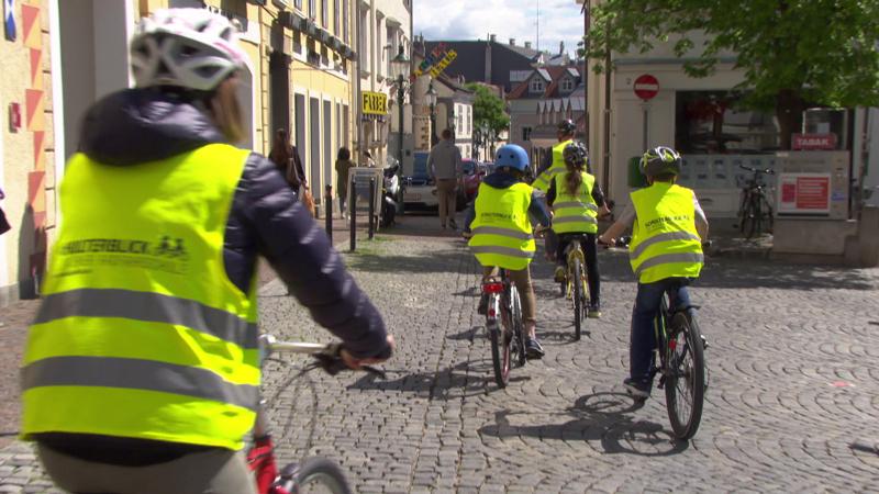 Der Verein Schulterblick bietet Fahrradkurse für Schüler im echten Straßenverkehr.