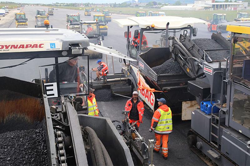 Arbeiter beim Asphaltieren der neuen Start- und Landebahn des Salzburger Airports
