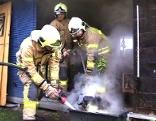 Feuerwehr löscht in einer Riedhütte in Lustenau