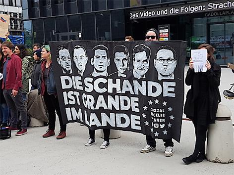 Demonstranten vor FPÖ-Landesparteitag