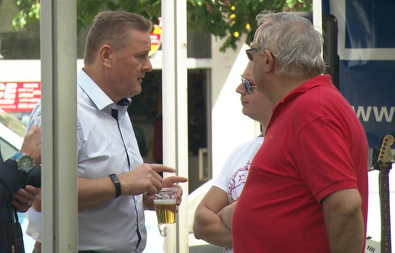Spitzenkandidat Roman Haider (Mitte) im Gespräch mit Besuchern