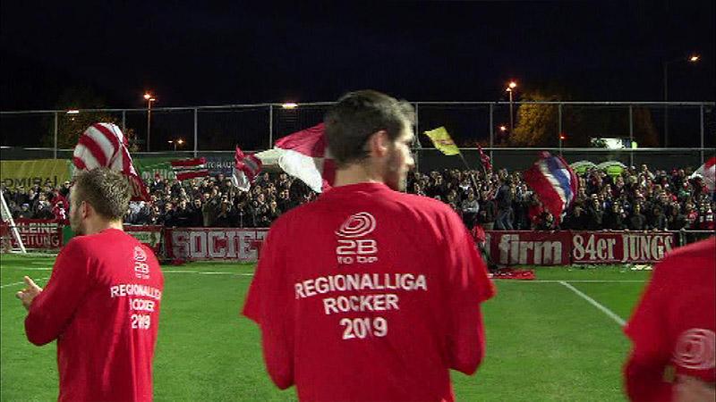 GAK-Spieler feiern den Meistertitel auf dem Spielfeld