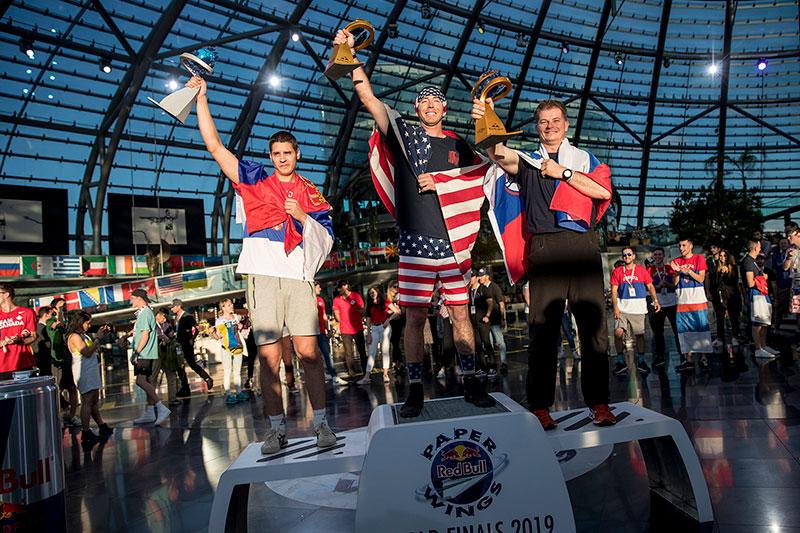 Siegerehrung bei der Papierflieger-Weltmeisterschaft im Hangar 7 in Salzburg Maxglan