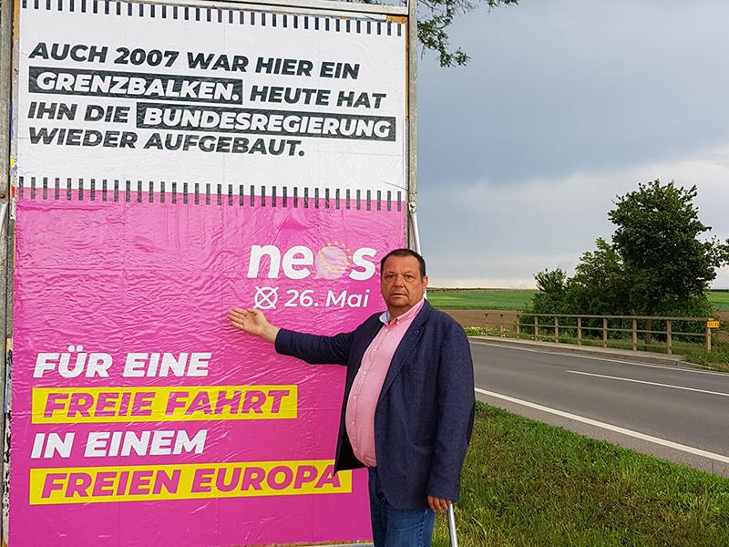 Eduard Posch präsentiert Plakataktion gegen Grenzkontrollen