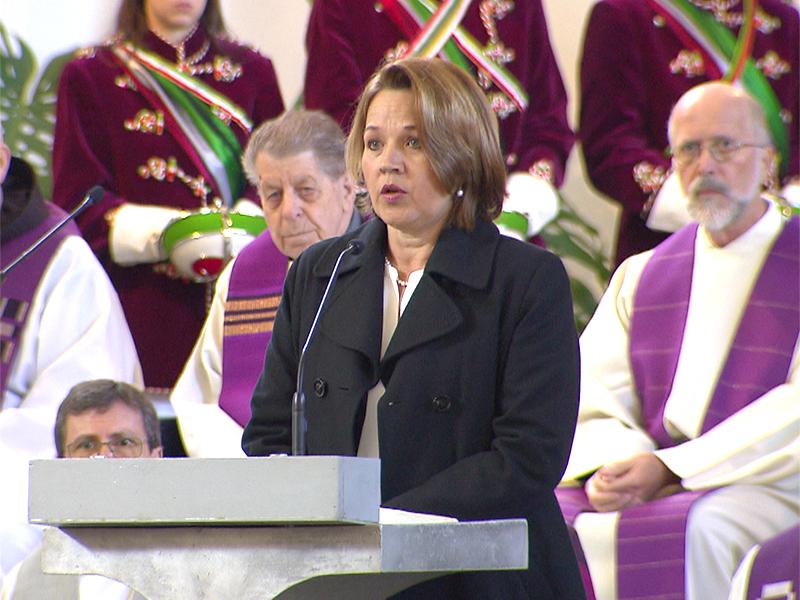 Bürgermeisterin Andrea Kaufmann hält eine Abschiedsrede über Wolfgang Rümmele.